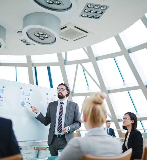 Στη νέα εποχή που χαρακτηρίζεται από ταχύτητα και συνεχή αλλαγή, μια καλή ιδέα ενός ηγέτη/μάνατζερ/εργαζόμενου θα προχωρήσει στη φάση της υλοποίησης ή θα οδηγήσει σε επιτυχή αποτέλεσμα μόνο αν την επικοινωνήσει αποτελεσματικά. Ανεξάρτητα από τις σπουδές και την εκπαίδευση που έχει λάβει ένας εργαζόμενος, η επικοινωνία αποτελεί ένα σημαντικό κομμάτι του πώς ο εργαζόμενος αντιπροσωπεύει την επιχείρηση στους πελάτες της ή αντιπροσωπεύει τις ιδέες του στους συναδέλφους του.