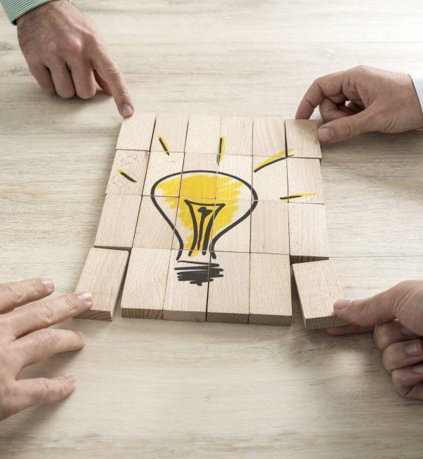 Στην εποχή της 4ης Βιομηχανικής Επανάστασης, οι καινοτομίες και οι τεχνολογικές εξελίξεις είναι ομαδικά παρά ατομικά επιτεύγματα. Σε κάθε ιεραρχικό επίπεδο, η ομαδικότητα αποτελεί απαραίτητο συστατικό επιτυχίας. Ομάδα σημαίνει ένα σύνολο ατόμων που η αποτελεσματικότητα του εξαρτάται από το βαθμό παρακίνησης και συντονισμού των μελών, την ύπαρξη κοινού σκοπού και το βαθμό συνέργειας που παράγει και δημιουργεί πέρα από αυτή των ατόμων. Πλέον, πολλές επιχειρήσεις μειώνουν τα επίπεδα της ιεραρχίας και δημιουργούν ομάδες που μπορούν να διοικούν και να ελέγχουν, παρέχοντας αυτονομία και υποστήριξη στα μέλη τους. Η συνεργασία αποτελεί μια διαδικασία μέσω της οποίας εξοικονομούνται πόροι, αξιοποιούνται ευκαιρίες και βελτιώνεται ο συντονισμός. Εν μέσω των επιταχυνόμενων αλλαγών, η ομαδικότητα και η συνεργασία αποτελούν βασικές δεξιότητες για αποτελεσματική ηγεσία και διοίκηση.