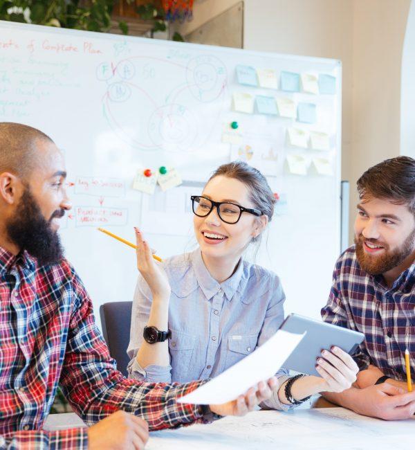 Οι ψηφιακές δεξιότητες αποτελούν το θεμέλιο πάνω στο οποίο βασίζονται οι εργασιακές δεξιότητες. Όμως, για να επιτύχουν σε ένα ανταγωνιστικό περιβάλλον, οι εργαζόμενοι χρειάζεται να είναι αυθεντικοί, συμπονετικοί, ανοιχτοί στην κριτική, να χαίρονται με τις επιτυχίες των άλλων και να τους βοηθούν. Οι αρετές αυτές που αποτελούν τη συναισθηματική νοημοσύνη, είναι πλέον περιζήτητες στο χώρο εργασίας. Μάλιστα, η συναισθηματική νοημοσύνη αναγνωρίζεται διεθνώς ως εφάμιλλης αξίας με τη ευφυία.