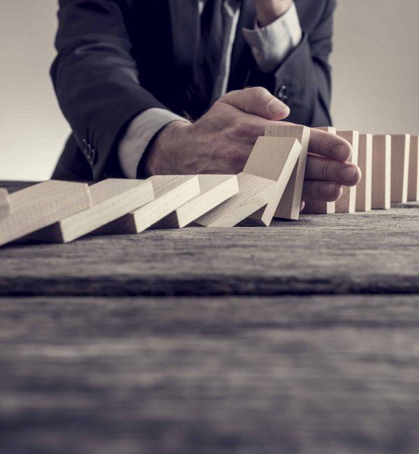 Η επίλυση προβλημάτων είναι μέρος της καθημερινότητας των επιχειρήσεων. Κάθε φορά που ένας μάνατζερ ή ηγέτης κατευθύνει τους εργαζομένους στην παραγωγή ενός προϊόντος ή υπηρεσίας, στην ουσία επιλύει προβλήματα. Κάθε φορά που ένας μέλος ενός οργανισμού σκέφτεται ένα νέο τρόπο μείωσης του κόστους, εφευρίσκει ένα νέο προϊόν ή υπηρεσία, ή καθορίζει πώς θα βοηθήσει τον οργανισμό να λειτουργήσει καλύτερα κατά κάποιο τρόπο, στην ουσία συμμετέχει σε μια διαδικασία επίλυσης προβλημάτων. Επομένως, για τα στελέχη και τους εργαζομένους, η ανάπτυξη της δεξιότητας επίλυσης προβλημάτων είναι μάλλον αναγκαιότητα παρά πολυτέλεια. Όμως και οι επιχειρήσεις πρέπει να λύσουν προβλήματα, οπότε η ανάπτυξη αυτών των δεξιοτήτων στους εργαζομένους τους είναι επίσης αναγκαιότητα. Επομένως, οι εργοδότες επιζητούν ικανούς εργαζομένους/μάνατζερς/ηγέτες στην επίλυση προβλημάτων. Για να μπορούν να ανταπεξέλθουν θα χρειαστεί να αποκτήσουν στρατηγική σκέψη και να χρησιμοποιήσουν εργαλεία για την ανάλυση ενός προβλήματος, την παραγωγή εναλλακτικών λύσεων και την επιτυχημένη υλοποίηση της λύσης που θα προτιμηθεί.